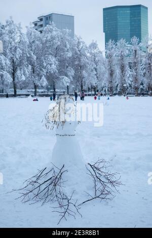 Chute de neige intense à Zurich, Suisse: Une princesse de neige dans le parc Josefwiese Banque D'Images