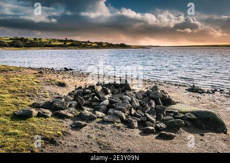 Une pile de rochers sur la rive du lac Colliford, sur la Moor Bodmin, dans les Cornouailles.