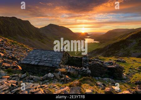 Ancien refuge de montagne Warnscale Bothy avec beau coucher de soleil sur Buttermere dans le Lake District, Royaume-Uni.