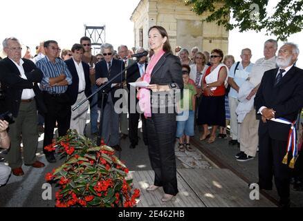 EXCLUSIF. Segolene Royal, presidente socialiste de la région Poitou charente visite la ville de Tonnay-Charente et aide à l'inauguration d'un pont et d'une fete locale le 13 juin 2009. Photo de Patrick Bernard/ABACAPRESS.COM