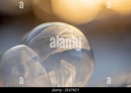bulles congelées, boule de savon recouverte de glace. Bulle gelée à la lumière du coucher du soleil