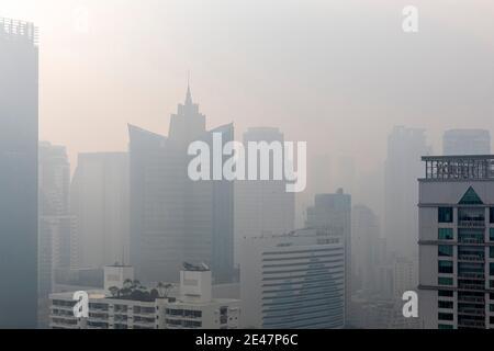 Brume et pollution au-dessus du centre de Bangkok, Thaïlande