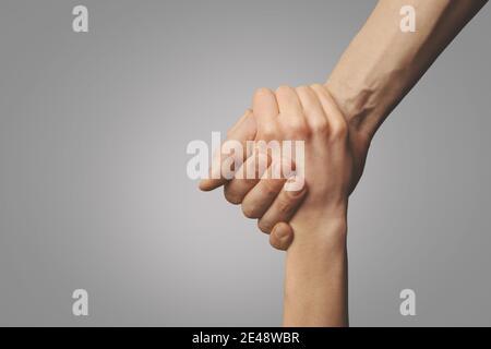 aidez vos amis à travers un temps difficile. geste de sauvetage. concept de soutien, d'amitié et de salut. main portée