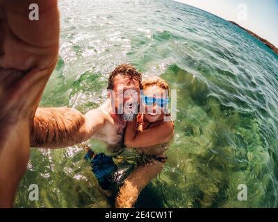 Couple adulte gai Prenez une photo de selfie naissant à la mer et profiter de vacances d'été ensemble