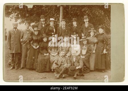 Carte d'armoire victorienne originale pleine de personnages et de mode. Voici John Baxter assis dans le centre, probablement avec sa femme à gauche vêtue de son plus beau, entouré par un groupe de ses ouvriers d'usine, vêtus de leurs vêtements 'Sunday Best', peut-être sur une sortie de compagnie ou une promenade de campagne, vers 1897, U.K