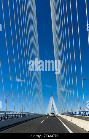Cadix, Espagne - 16 janvier 2021 : trafic sur le pont Puente de la Constitucion de 1812 dans la baie de Cadix