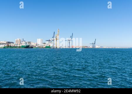 Cadix, Espagne - 16 janvier 2021 : fourniture de navires et de grues dans le port industriel de Cadix