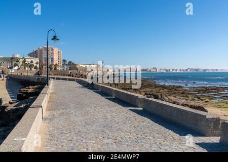 Cadix, Espagne - 16 janvier 2021 : vue sur la ville de Cadix et le chemin du Paseo de Fernando Quinones sur la plage de la Caleta