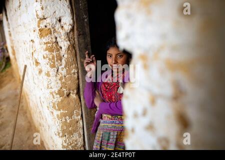 Portrait d'une jeune femme en vêtements traditionnels à Cantel, Guatemala, Amérique centrale.