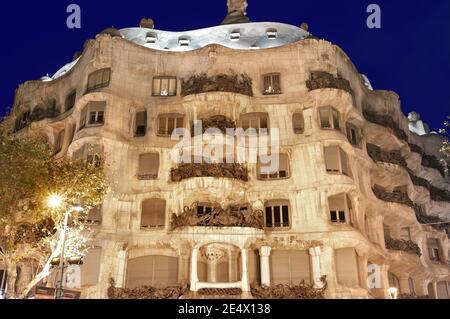 Barcelone, Espagne - 10 décembre 2011 : vue de nuit de la Casa Milà, mieux connue sous le nom de la Pedrera, est un bâtiment conçu par l'architecte catalan Antoni Gaudí