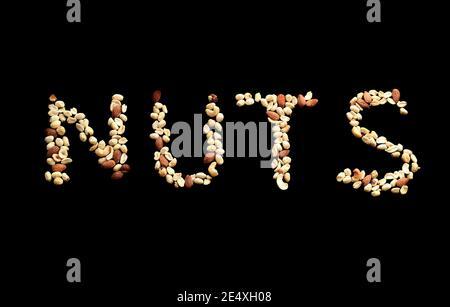 Les « noix » Word arts sont faites de noix mélangées d'amandes, de noisettes, d'arachides et de noix de cajou sur fond noir