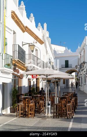 Conil de la Frontera, Espagne - 17 janvier 2021 : restaurant sur la place Santa Catalina dans le centre historique de Conil de la Frontera