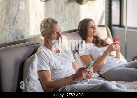 Mari et femme regardant leur smartphone