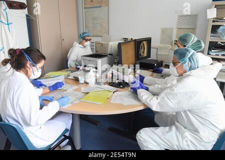 Italie, région Lombardie, Cremona, 6 mai 2020 : épidémie du virus Covid-19. Urgence du coronavirus. Hôpital Maggiore, dans la réunion photo des médecins et