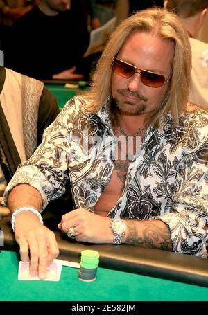 Vince Neil participe au premier tournoi de poker de bienfaisance Jennifer Harmon à Las Vegas, Nevada, au Caesars Palace, le 20 avril 2007. Le tournoi a présenté les meilleurs joueurs de poker au monde, le plus jamais assemblé ensemble dans une pièce à la fois. En outre, tous les joueurs de la série mondiale de Poker ont été honorés lors de l'événement en ayant leurs portraits muraux en place de façon permanente autour de la salle de poker Caesars.