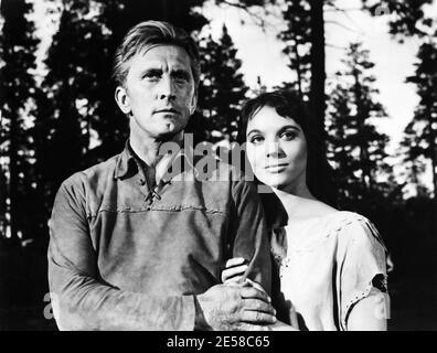 1955 , USA : l'actrice italienne ELSA MARTINELLI ( 1935 - 2017 ) à Hollywood avec KIRK DOUGLAS dans le film LE COMBATTANT INDIEN ( il caciatore d'indiani ), United Artists Corporation productions - portrait - ritrato - CINÉMA - FILM - WESTERN - amoureux - amanti - coppia - couple - abbracio - étreinte --- Archivio GBB