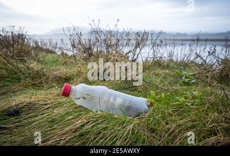 Bouteille en plastique lavée sur la rive à Glencarple, dans le sud-ouest de l'Écosse.