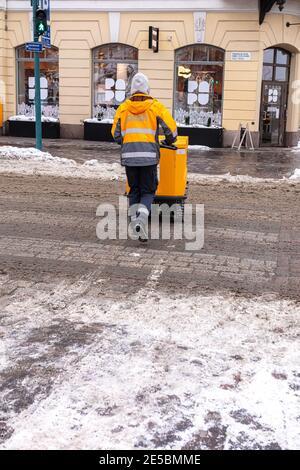 Finlande, Helsinki. 26 janvier 2021 UN homme de poste en combinaison livre le courrier. Photo de haute qualité