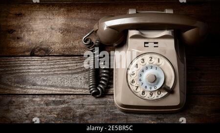 Téléphone à disque rétro sur une table en bois rapport 16:9