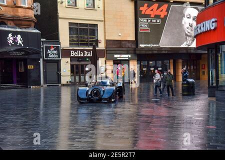 Londres, Royaume-Uni. 28 janvier 2021. Un Batmobile arrive aux studios Capital radio de Leicester Square à Londres comme cadeau d'anniversaire surprise pour le 28e anniversaire du présentateur Roman Kemp.Roman Kemp a été donné un Batmobile comme enfant de son parrain George Michael et il l'a encore. Les co-hôtes Sonny et Sian en font une réalité pour lui. Crédit : SOPA Images Limited/Alamy Live News