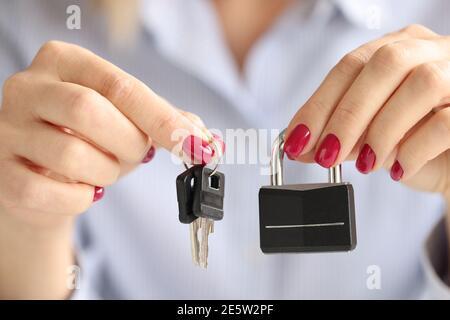 Les femmes tiennent le verrou en fer et les clés en gros plan