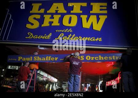 Les travailleurs retirent une partie du chapiteau pour le « Late Show with David Letterman » à l'extérieur du Ed Sullivan Theatre de Manhattan, New York, le 27 mai 2015. REUTERS/Eduardo Munoz