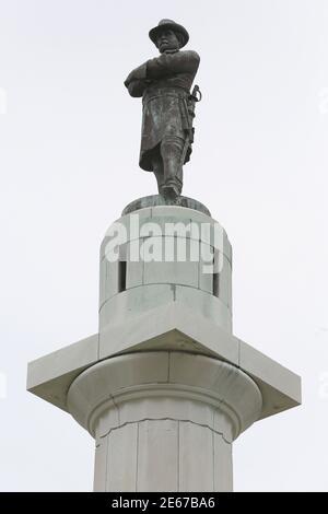 Un monument de 60 m (18 pi) du général confédéré Robert E. Lee surplombe un cercle de circulation à la Nouvelle-Orléans, Louisiane, le 24 juin 2015. Le maire de la Nouvelle-Orléans, Mitch Landrieu, a appelé mercredi matin au remplacement de la statue. REUTERS/Jonathan Bachman