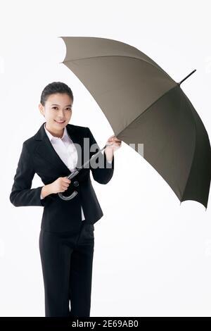 Femme d'affaires de mode orientale tenant un parapluie photo de haute qualité