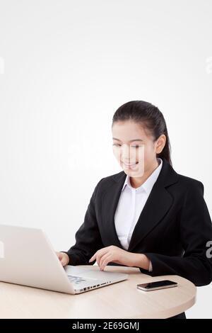 Femme d'affaires de mode orientale utilisant l'ordinateur photo de haute qualité