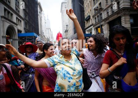 Les gens dansent à un défilé de Hare Krishna à New York le 13 juin 2009. Journée sacrée pour les hindous du monde entier, la parade a culminé avec une fête végétarienne dans le parc Washington Square. REUTERS/Eric Thayer (RELIGION DE LA SOCIÉTÉ DES ÉTATS-UNIS)