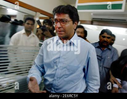 Le chef du parti indien Maharashtra Navnirman Sena (MNS), Raj Thackeray, part après avoir pris la parole lors d'une conférence de presse à Mumbai le 11 septembre 2008. Cette semaine, la famille de la plus grande star de Bollywood, Amitabh Bachchan, s'est empêtré dans la question nativiste après que sa femme, Jaya, ait apparemment promu le hindi au-dessus du Marathi, la langue locale de Mumbai. Le parti de droite de la MNS a interprété les remarques de Jaya comme une insulte à la population de langue marathi et a encouragé le boycott des films mettant en vedette les Bachchans, qui sont originaires d'un État indien du nord de langue hindi, et de tous les produits endossés par la famille. REUTERS/unité