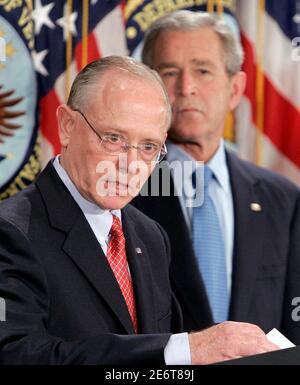 Le président américain George W. Bush (R) observe le lieutenant général de l'armée à la retraite James Peake (L) prend la parole après avoir assermentation en tant que secrétaire des anciens combattants à Washington le 20 décembre 2007. REUTERS/Larry Downing (ÉTATS-UNIS)