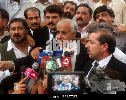 Wali Mohammad Khan (C), lawyer of former prime minister Nawaz Sharif, speaks during a news conference in Lahore June 23, 2008. A Pakistani court disqualified Sharif on Monday from contesting a by-election for a seat in the national assembly.   REUTERS/Mohsin Raza (PAKISTAN)