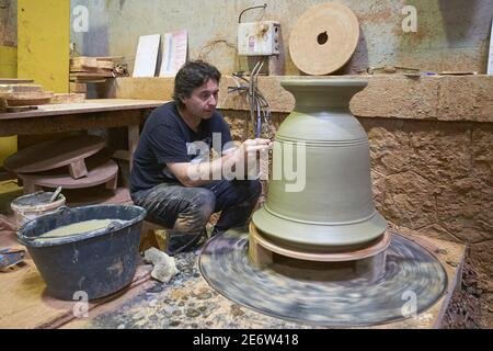 France, Gard, Anduze, Poterie les Cordeliers, création d'un vase Anduze, Didier Travier