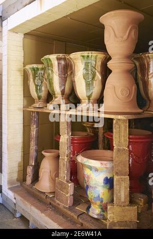 France, Gard, Anduze, Poterie les Cordeliers, cuisson de plusieurs vases Anduze