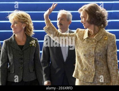 Spanish Queen Sofia (R) and Madrid's regional president Esperanza Aguirre arrive at the inauguration of a new Telefonica building in Madrid October 8, 2008. REUTERS/Juan Medina ( SPAIN )