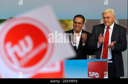 German Foreign Minister and Social Democratic Party (SPD) candidate for chancellor Frank-Walter Steinmeier and German singer Roland Kaiser stand on stage during an election campaign rally in Muenster September 17, 2009. Germany holds general elections on September 27, 2009.  REUTERS/Wolfgang Rattay (GERMANY POLITICS ELECTIONS)