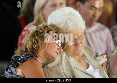 Dale Ray Black's wife Wendy Black (L) mourns on the shoulder of her mother-in-law Earlene Black during a funeral service at Little Bear Creek Campground in Utah, August 21, 2007. Black was one of three rescue workers killed on August 16, 2007 during a coal mine accident, as they worked to rescue six trapped coal miners in the Crandall Canyon mine near Huntington. Six coal miners have been trapped in the Crandall Canyon mine since August 6, 2007. REUTERS/Jae C. Hong/Pool   (UNITED STATES) Banque D'Images
