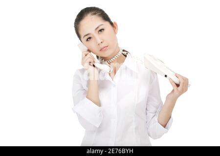 La femme d'affaires était une ligne téléphonique autour du cou photo de qualité