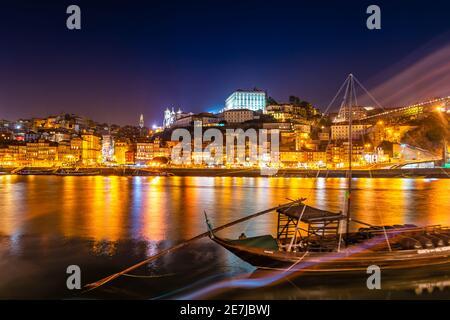 Panorama de la ville de Porto et Dom Luis I Pont sur le fleuve Douro au crépuscule au Portugal Banque D'Images