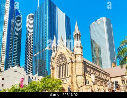 La cathédrale Saint-Étienne est naine par les gratte-ciel en verre, Brisbane, Queensland, Australie, Australasie