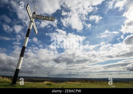 Panneau routier britannique à l'ancienne près de Goathland dans le parc national des Moors de North York, indiquant le chemin vers Green End, Beck Hole et Whitby