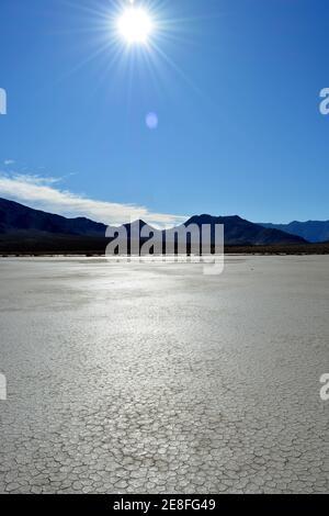 voile rock laissant un long sentier dans le désert de L'hippodrome de Playa marque le chemin de l'un des Mystérieuses roches en mouvement dans la Nation de la Vallée de la mort