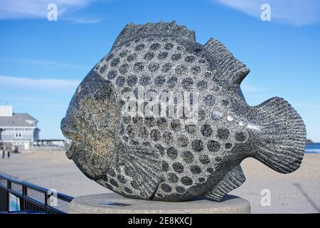 Hampton Beach State Park - Hampton, New Hampshire - UNE sculpture d'un poisson sculpté dans la pierre repose sur le pilier de la clôture le long de la promenade sur un