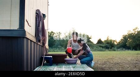 ÉTATS-UNIS. Steven Yeun dans ©A24 nouveau film: Minari (2020). Parcelle: Une famille coréenne se déplace en Arkansas pour commencer une ferme dans les années 1980. REF: LMK110-J6854-180121 fourni par LMKMEDIA. Éditorial uniquement. Landmark Media n'est pas le propriétaire des droits d'auteur de ces images de films ou de télévision, mais fournit un service uniquement pour les médias reconnus. pictures@lmkmedia.com