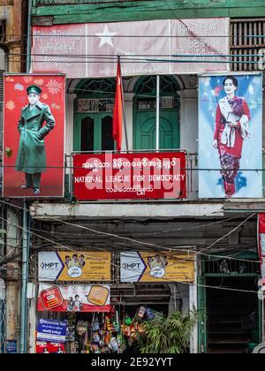 YANGON, MYANMAR - 2 JANVIER 2016 : Bureau de la Ligue nationale pour la démocratie avec des portraits d'Aung San et d'Aung San Suu Kyi à Yangon, au Myanmar.