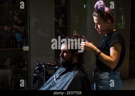 Gros plan sur la barbe coiffeuse pour homme dans un salon de coiffure, coiffeur personnel.