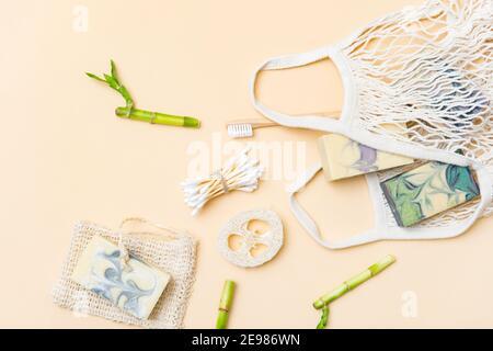 Accessoires de salle de bain zéro déchet sur fond de couleur crème. Produit naturel écologique en bambou. Articles de beauté sans plastique.