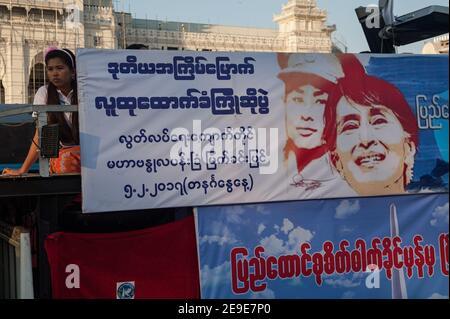 04.02.2017, Yangon, République de l'Union du Myanmar, Asie - UNE bannière avec l'image d'Aung San Suu Kyi et de son défunt père Bogyote Aung San.