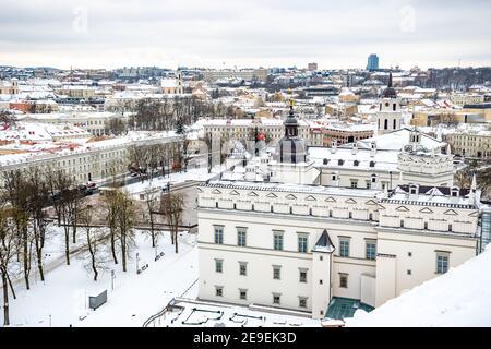 Vue aérienne de la vieille ville de Vilnius, capitale de la Lituanie en hiver avec neige